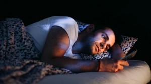 Nghiên cứu mới: Thói quen trước khi đi ngủ của rất nhiều người đang