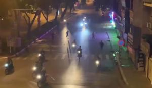 Nhóm thanh niên vác hung khí đuổi đánh nhau trên đường phố Hà Nội do mâu thuẫn trên mạng xã hội
