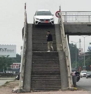 Ô tô mắc kẹt trên cầu vượt ở Hưng Yên, dân mạng hoang mang: