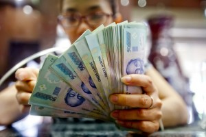 Tiền mặt sẵn có, mỗi ngày dân Việt đổ hàng nghìn tỷ đồng