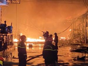 Cháy kho vải trong đêm, gần trăm chiến sĩ cảnh sát khống chế ngọn lửa