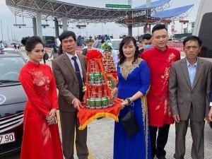 Vụ chú rể suýt quay xe phút thứ 89 do dịch Covid-19: Cô dâu Quảng Ninh phi thẳng lên trạm thu phí để nhận lễ vì thầy phán 'ngày đẹp'