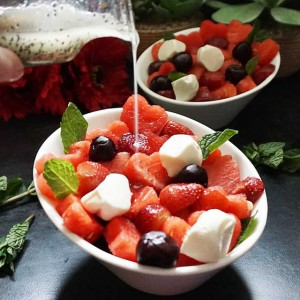 Đang mùa dâu tây, chị em tranh thủ hốt liền vài kg về làm salad: Vừa ngon hết sảy lại tuyệt đối