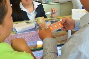 Giá vàng giảm mạnh, người mua mất 600.000 đồng/lượng