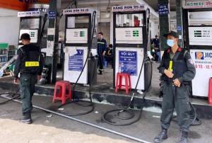 Công an khám xét nhiều cây xăng, bắt thêm 2 chủ doanh nghiệp vụ xăng giả