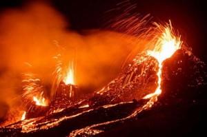 Núi lửa 6000 tuổi phun trào sau gần 800 năm không hoạt động