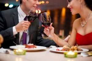 Xỉa răng ngay tại bàn ăn - điều tối kỵ khi đi ăn nhà hàng nhưng nhiều người mắc
