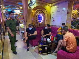 Chưa tự cách ly xong, một người Trung Quốc đã đến nhà hàng ở quận 1 hát hò