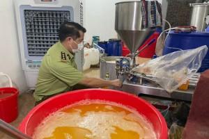 Cận cảnh xưởng sản xuất mỹ phẩm, nước hoa Chanel đựng trong xô chậu