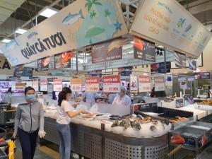 ẢNH: Người Sài Gòn đổ xô mua thực phẩm, hàng tươi sống 'khan hiếm cục bộ' nhưng siêu thị khẳng định không thiếu hàng