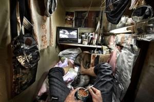 Bật khóc giữa 'căn hộ qu.an t.ài' đắt đỏ ở Hồng Kông: Khó sống tới mức 'nghẹt thở'