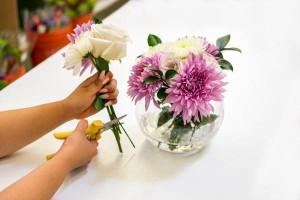 Cách kích hoạt khai vận đào hoa bằng việc bài trí bình hoa tươi có nước trong phong thủy