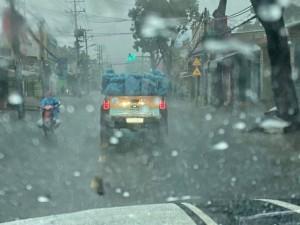 Câu chuyện đằng sau hình ảnh những bóng áo xanh choàng vai nhau dưới cơn mưa tầm tã khiến nhiều người xúc động