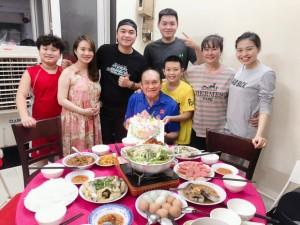 Sau ồn ào, nghệ sĩ Duy Phương bán bánh bèo thuận lợi, được con trai con gái