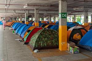 Nhu cầu lều lưu trú tăng mạnh, nhiều nhà máy sản xuất hết nguyên liệu