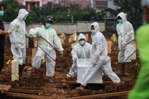 Nỗi đau của bác sĩ ở Indonesia: Lựa chọn cứu sống người giữa tâm dịch lớn nhất châu Á.