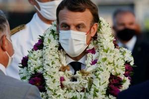 Khoảnh khắc 'hot' nhất hôm nay: Tổng thống Pháp bất đắc dĩ thành cây hoa di động, nét mặt của ông càng gây chú ý