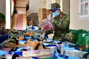 Bộ đội dầm mưa, trao quà tự tăng gia sản xuất cho người dân TPHCM
