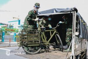 Ảnh: Quân đội dùng xe đạp thồ hàng trăm kg gạo và thực phẩm đến người dân trong hẻm nhỏ Sài Gòn