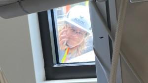Con gái ngồi cần cẩu leo lên mái bệnh viện để nhìn mặt mẹ lần cuối qua cửa sổ, hình ảnh xúc động lột tả sự khốc liệt của đại dịch Covid-19