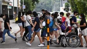 Sống chung với Covid-19, Singapore làm gì để ngăn số ca mắc đang tăng phi mã?