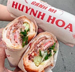 Tiệm bánh mì Huỳnh Hoa ngon nhất Sài Gòn giá bao nhiêu một ổ?