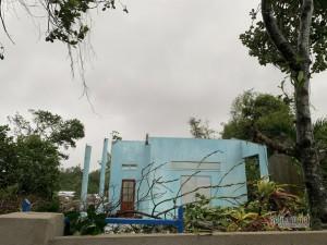 Tin bão số 6 mới nhất: Người dân Quảng Ngãi bật khóc khi lốc xoáy cuốn bay hết mái nhà