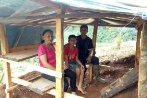 Xúc động hình ảnh 3 người già lên đồi cao dựng lều cho cháu học online