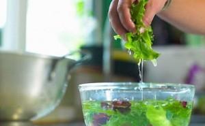 Ngâm rau củ với nước muối để loại bỏ hóa chất hóa ra là cách làm sai, chị em cần tham khảo ngay cách mà chuyên gia mách nước