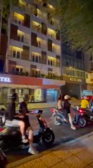 Người phụ nữ cách ly ở khách sạn trung tâm TP.HCM ném vali, bàn ghế xuống đường phố