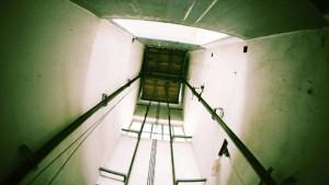 Trèo ra khỏi thang máy bị kẹt, cô gái trẻ t.ử v.ong thương tâm
