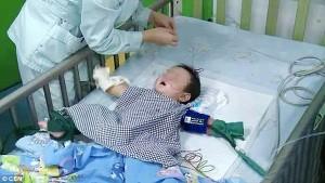 Bé 7 tháng tuổi bị đầu độc bằng thủy ngân trong nhiệt kế vì lý do không ai ngờ