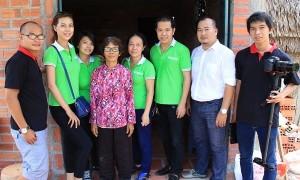 Hoa khôi xứ dừa Mỹ Hạnh giản dị đi từ thiện