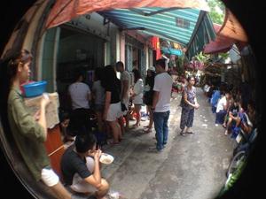 Khổ như ăn bún ốc xếp hàng, tự chần thịt ở phố Hàng Chai