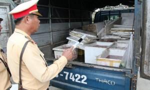 Mở thùng xe phát hiện hàng chục thùng xốp chở lòng lợn hôi thối