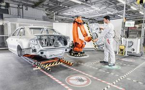 Robot giết chết người ở dây chuyền sản xuất xe Volkswagen
