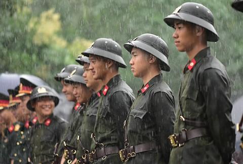 Ngày Giỗ Tổ: Xúc động hình ảnh sũng nước mưa của lực lượng an ninh