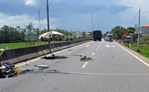 2 người thương vong vì váy chống nắng bị cuốn vào bánh xe máy