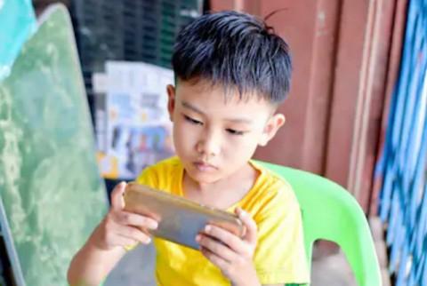 Cậu bé 10 tuổi bất ngờ bị... lác sau khi chơi điện thoại ròng rã 10 tiếng/ngày trong suốt kỳ nghỉ hè