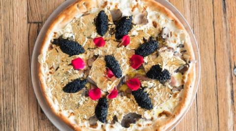 Muốn ăn món pizza này bạn sẽ phải trả hơn 10 tháng lương cơ bản của 1 người Việt