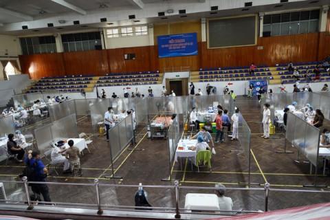 Hà Nội: 'Hô biến' Nhà thi đấu thành 'Bệnh viện dã chiến', hàng ngàn người tiêm vaccine theo từng vách ngăn