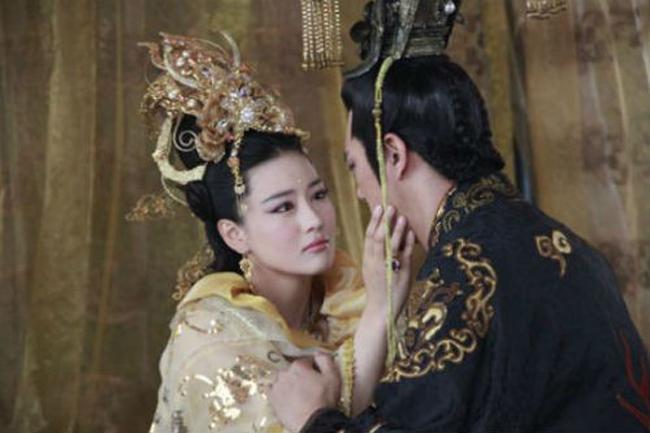 ba-hoang-may-man-nhat-lich-su-du-ngoai-tinh-cong-khai-van-duoc-vua-yeu-chieu-sung-ai