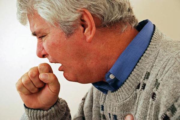 Ho có đờm kéo dài ở người già thường là dấu hiệu bệnh cấp tính. Ảnh minh họa
