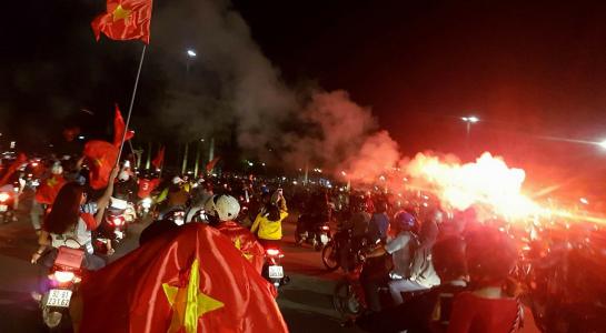 CĐV cả nước xuống đường mừng chiến thắng của U.23 Việt Nam - Một Thế Giới.