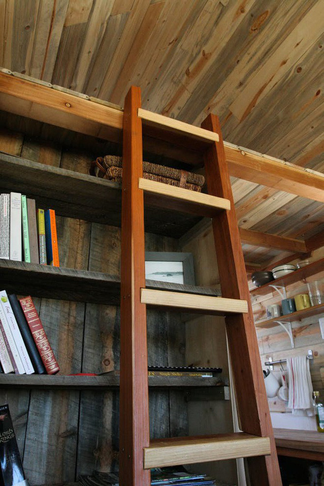 Sử dụng thang lên xuống, vậy là bạn có thể đến với không gian giường ngủ ấm cúng.
