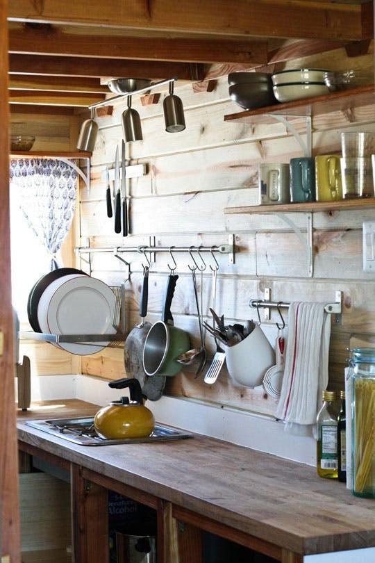 Góc nhà bếp để nấu nướng và rửa bát, treo đồ chứa những vật dụng cần thiết nhất.