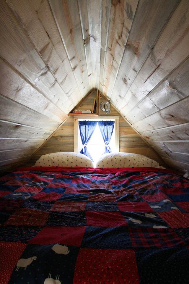 Phòng ngủ nằm ở tầng trệt nhưng không hề bị bí bách vì nóc phòng khá cao.