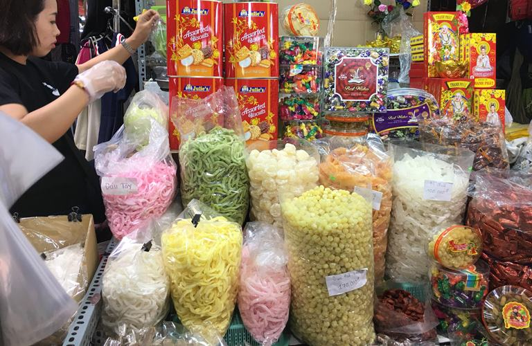 Bánh kẹo bán cân không nhãn mác tung hoành tại chợ Tết