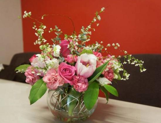 Cắm hoa ngày Tết được tươi lâu cần đặc biệt lưu ý tới nước. Ảnh minh họa