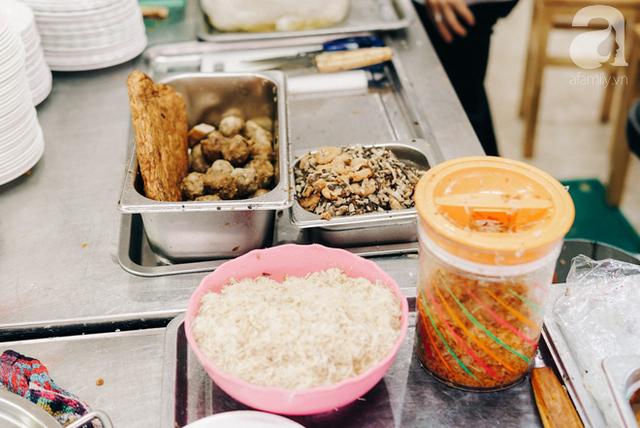 Nhân và đồ ăn kèm đặc trưng của bánh cuốn Hải Phòng.